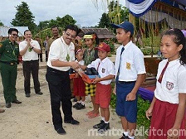 PT Astra Internasional Tbk Menyerahkan Bantuan Pendidikan pada sekolah di Sipora Utara