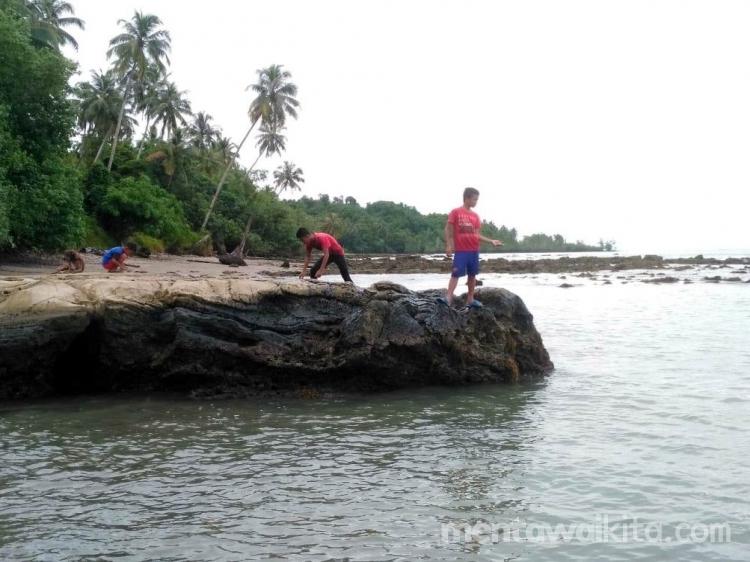Santai Sambil Memancing di Pantai Masoggunei