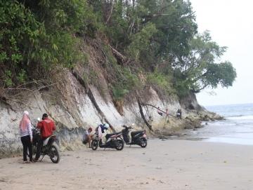 Indahnya Pantai Berdinding Batu di Tiniti