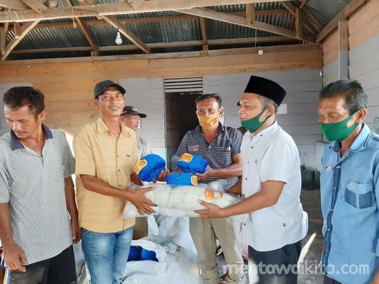 Pemdes Sikabaluan Salurkan Bantuan Alat Tangkap kepada Kelompok Nelayan