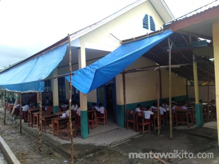 Tak Punya Ruang Belajar Siswa Belajar Di Teras Sekolah