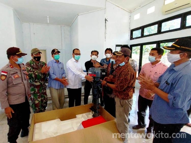 Bupati Mentawai Serahkan Bantuan 10 Unit Mesin Boat Kepada Nelayan Sikakap