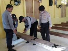 Persiapan New Normal Polsek Muara Siberut Melakukan Pembatasan Tempat Duduk di Gereja