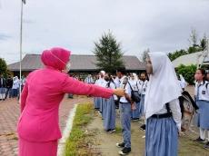 Bhayangkari Polsek Sikabaluan Edukasi Pelajar SMA