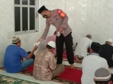 Polsek Sikakap Bagikan 600 Masker Jamaah Masjid dan Gereja
