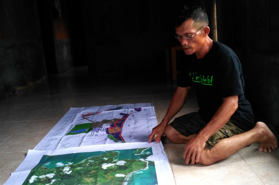 Kepala Dusun Bat Simaruei Rafael Saeppu memperhatikan peta areal KEK Mentawai